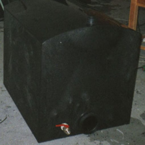 Hranatá plastová nádrž